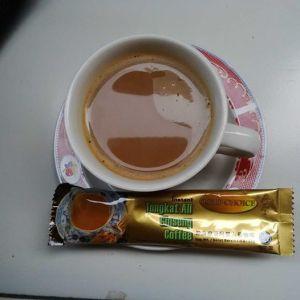 Kopi yang kuminum tiap hari, mengandung ekstrak Tongkat Ali.