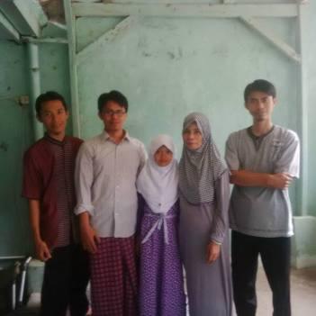 Ibuku dan 4 anaknya: Ade (no 2), Asep (no 1), Nida (no 4), Iwan (no 3).