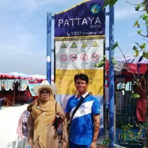 Bersama ibuku di pantai Pattaya, Thailand, bulan Oktober 2014, hadiah trip dari Allianz.